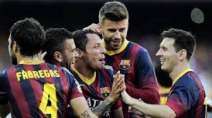 Varios jugadores del Barcelona celebran un gol.