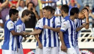 Futbolistas de la Real Sociedad celebran un gol.
