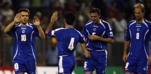 Varios jugadores de Bosnia celebran un gol.