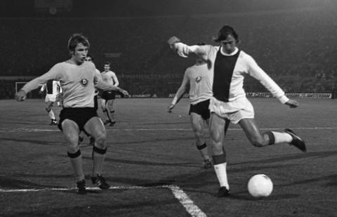 Cruyff (derecha), en un partido con el Ajax.