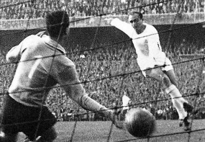 Di Stefano marca en la final de la Copa de Europa de 1957.