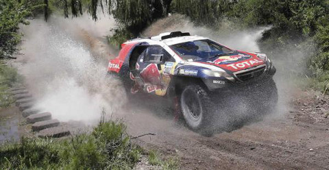 Un coche atraviesa un río durante una etapa del Dakar 2016.