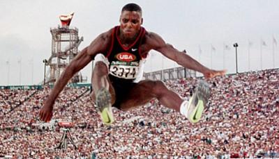 Lewis, en un concurso de salto de longitud.