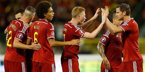 Varios jugadores de Bélgica celebran un gol.