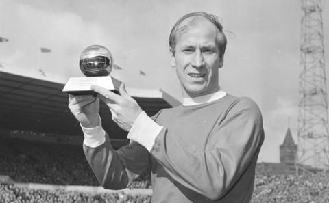 Bobby Charlton, con el 'Balón de oro'