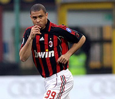 Ronaldo, en un partido con el Milán.