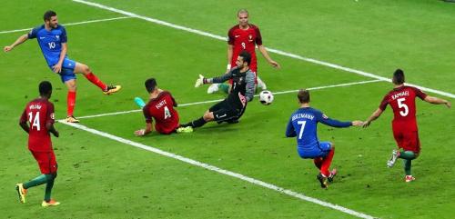 Un instante de la final entre Portugal y Francia.