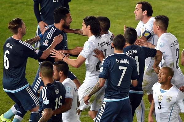 Los Argentina-Uruguay son siempre partidos muy 'calientes' y pasionales.