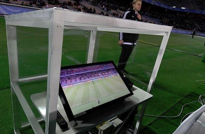 Imagen de una pantalla en el puesto del 4º árbitro en el Mundial de Clubes 2016.