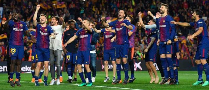 Los jugadores del FC Barcelona celebran con su afición el título de Liga 17/18.