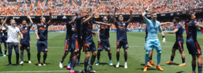Los jugadores del Valencia saludan a su afición tras acabar el último partido de la temporada.